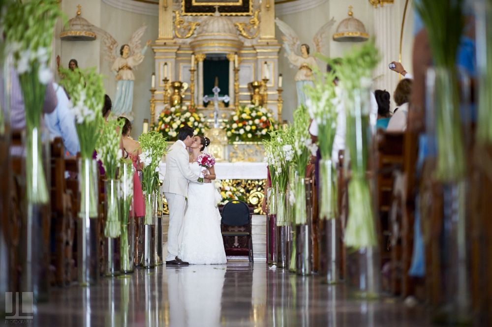 Professional wedding photographer - Marriage at Grand Mayan Palace, Nuevo Vallarta, Nayarit - kissing couple