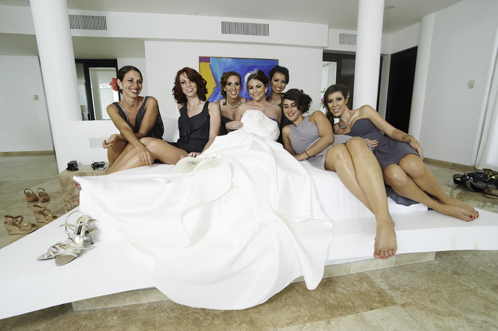 Professional wedding photographer in Punta Mita - Bride and friends