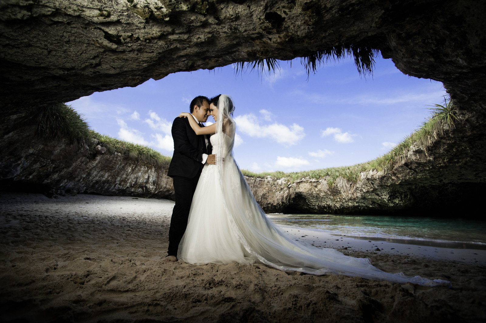Professional photographer - Trash the dress in Marietas Islands