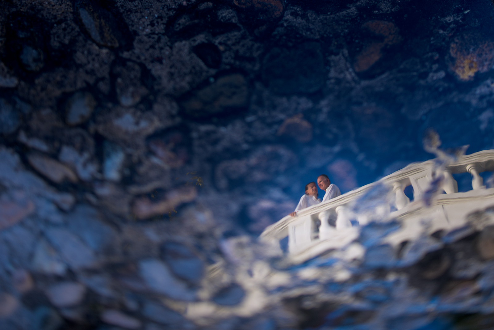 Professional photographer - Romantic session at Casa Kimberly - Water reflection