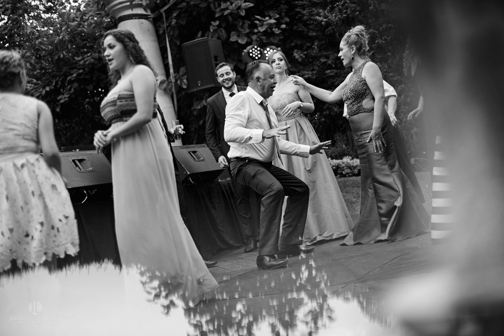 Wedding Photographer - Documentation at San Sebastian del Oeste, Jalisco - guests dancing