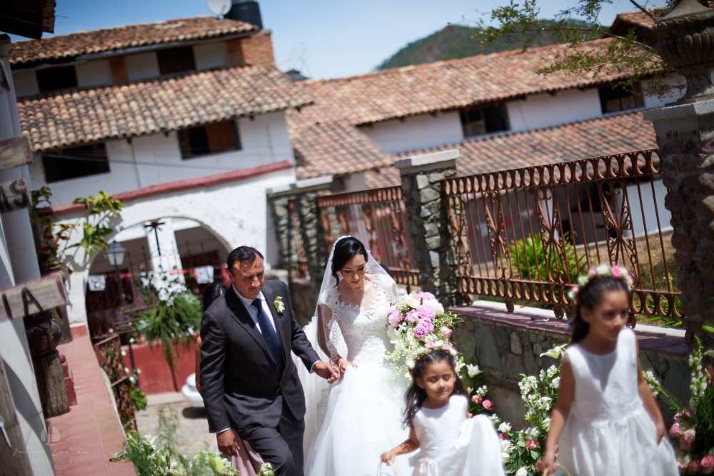 Wedding Photographer - Documentation at San Sebastian del Oeste, Jalisco - bride is coming
