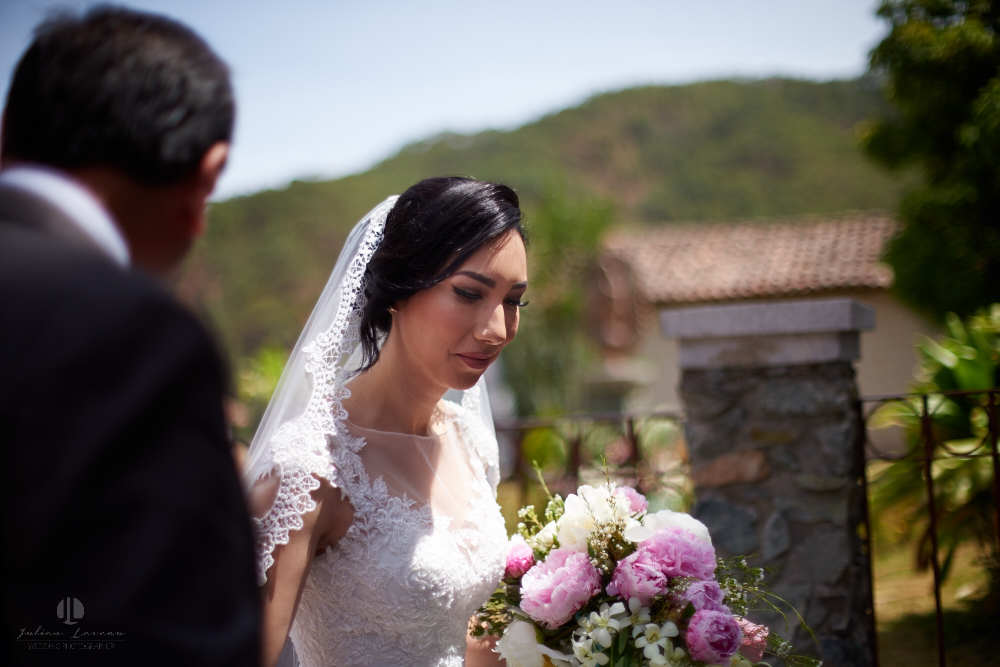 Wedding Photographer - Documentation at San Sebastian del Oeste, Jalisco - bride with bouquet