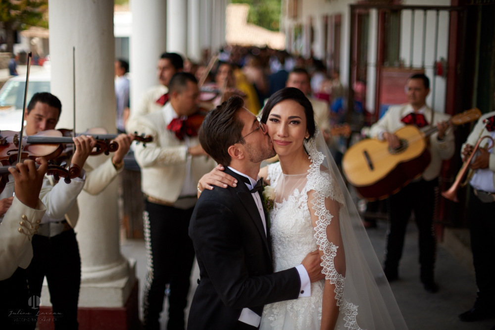 Wedding Photographer - Documentation at San Sebastian del Oeste, Jalisco - couple kissing on the street