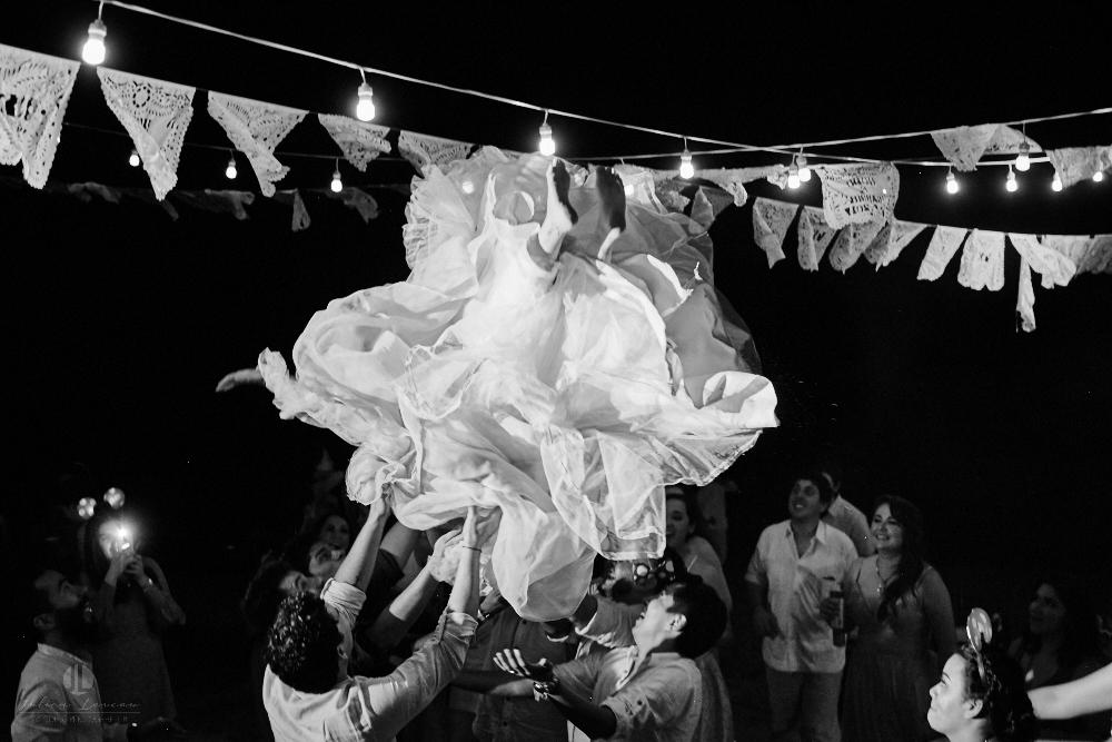 FOtógrafo Profesional en Nayarit, Boda en Bucerías - novia saltando