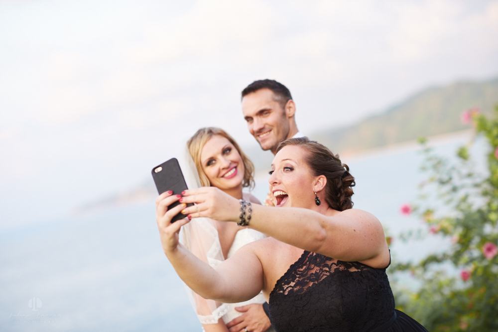 Professional Photographer in Sayulita, Nayarit - Destination Wedding Mexico - selfie with couple