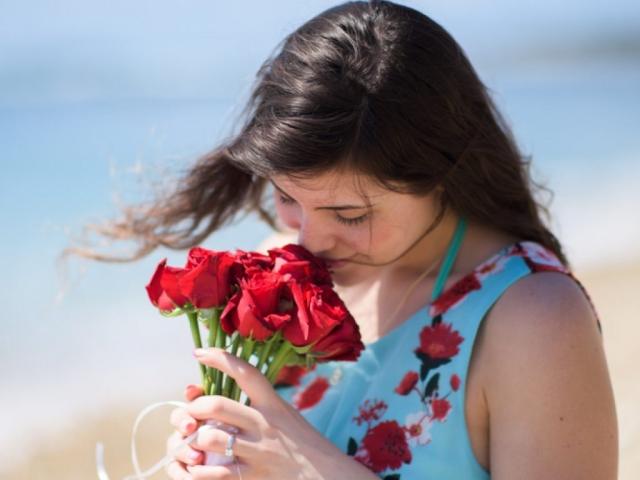 Wedding proposal on the Marietas Islands - trash the dress bouquet