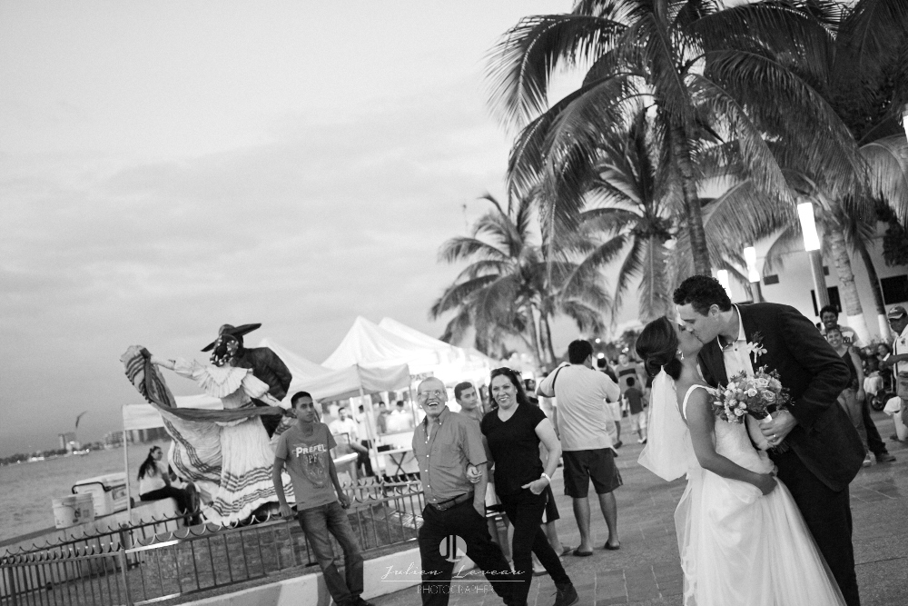 Professional wedding photographer in Puerto Vallarta - journalism malecon kiss
