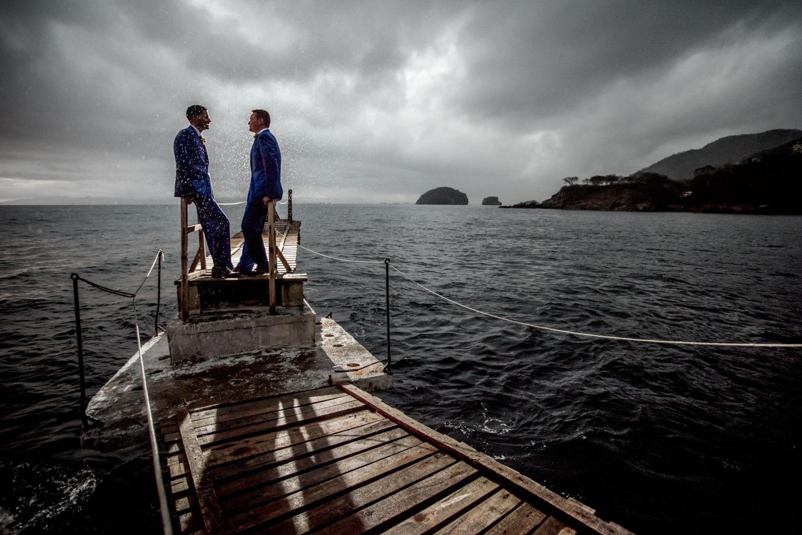 Wedding photographer in Puerto Vallarta, Sayulita, Punta Mita, Nayarit, Mexico - LGBT same sex mariage - Couple under the rain