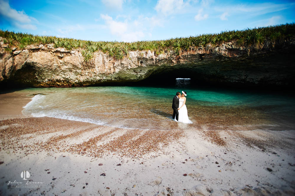 Trash the dress in Marietas Islands